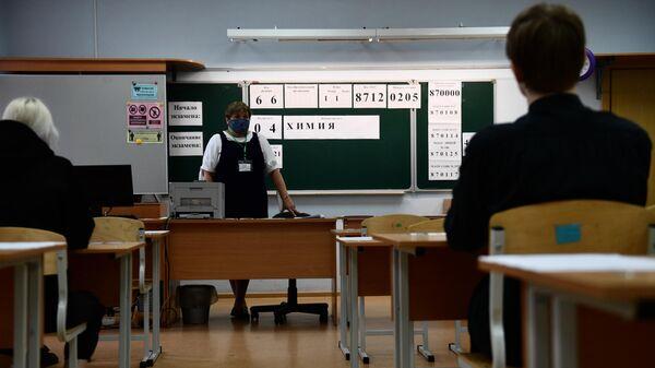 Преподаватель в классе перед началом единого государственного экзамена по химии в школе №200 в Екатеринбурге