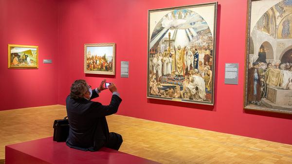 Посетитель на выставке История России глазами художников в Третьяковской галерее на Крымском валу в Москве
