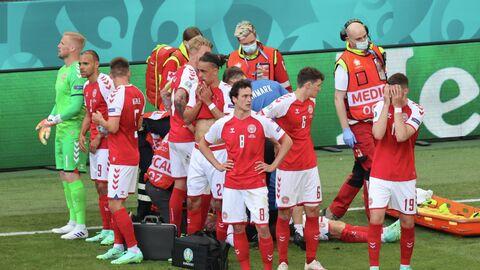 Врачи оказывают помощь футболисту сборной Дании Кристиану Эриксену