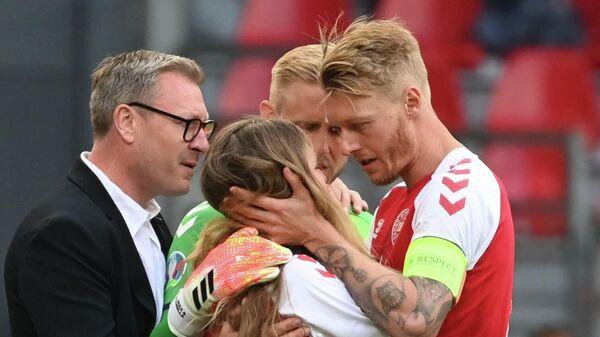 Игроки сборной Дании успокаивают жену Кристиана Эриксена