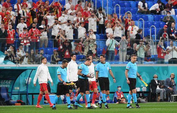 Игроки сборной Бельгии и арбитры матча ЕВРО-2020 Россия - Бельгия