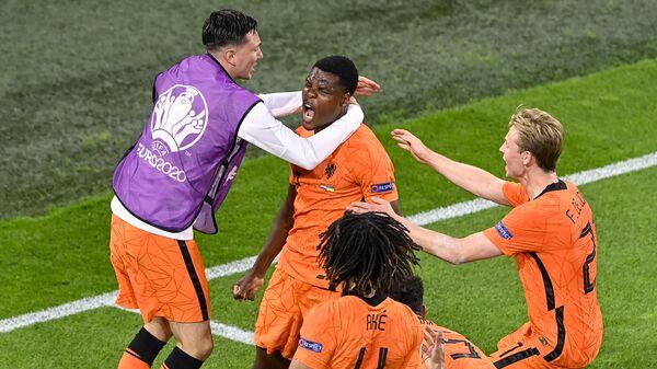 Защитник сборной Нидерландов Дензел Думфрис празднует гол в ворота сборной Украины.