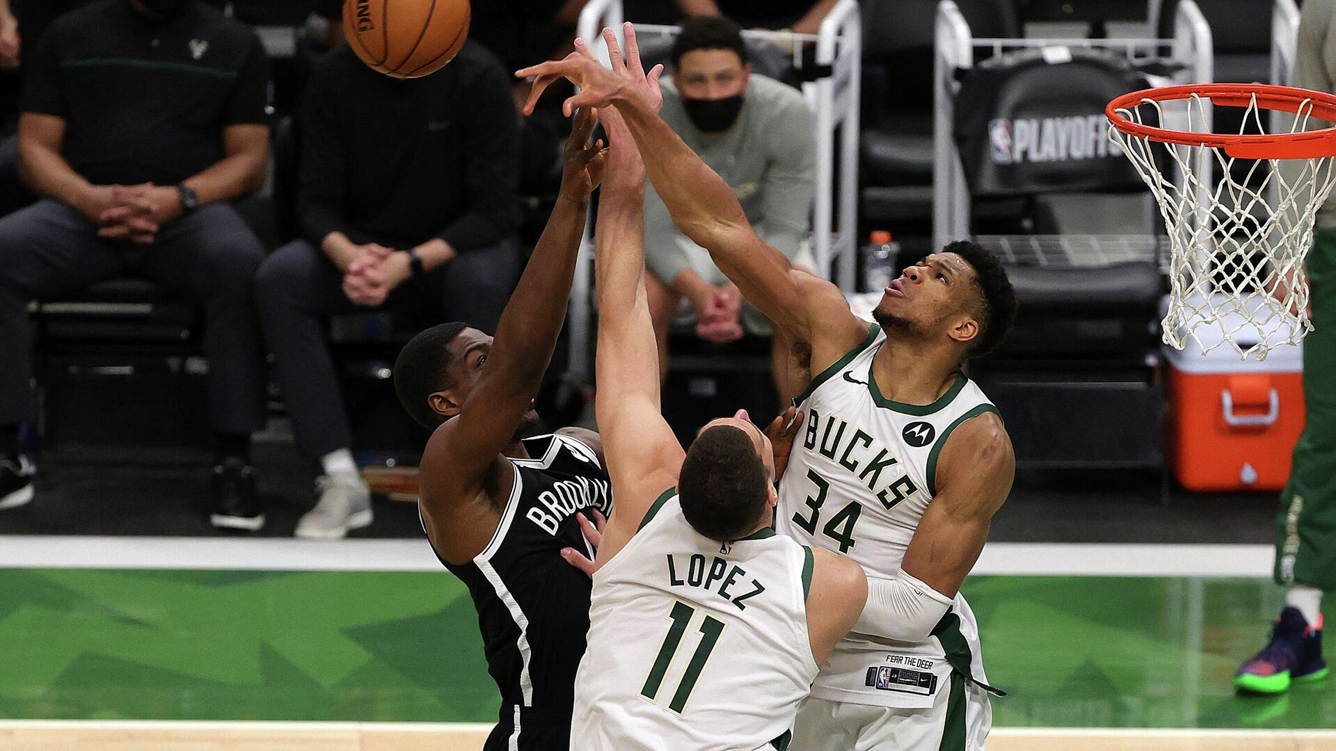 MILWAUKEE, WISCONSIN - JUNE 13: Giannis Antetokounmpo #34 of the Milwaukee Bucks blocks a shot by Reggie Perry #0 of the Brooklyn Nets during the second half of Game Four of the Eastern Conference second round playoff series at the Fiserv Forum on June 13, 2021 in Milwaukee, Wisconsin. NOTE TO USER: User expressly acknowledges and agrees that, by downloading and or using this photograph, User is consenting to the terms and conditions of the Getty Images License Agreement.   Stacy Revere/Getty Images/AFP (Photo by Stacy Revere / GETTY IMAGES NORTH AMERICA / Getty Images via AFP) - РИА Новости, 1920, 14.06.2021