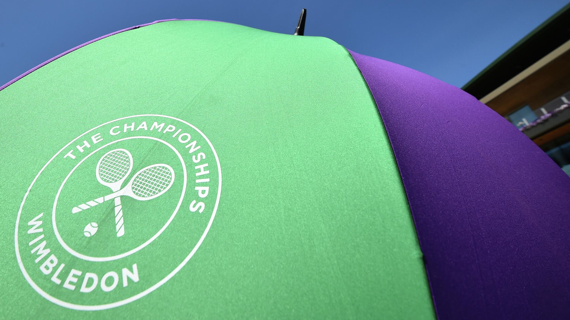 An unmbrella with the Wimbledon Championships tennis tournament's logo is seen at The All England Tennis Club in Wimbledon, southwest London, on July 4, 2019, on the fourth day of the 2019 Wimbledon Championships tennis tournament. (Photo by Glyn KIRK / AFP) / RESTRICTED TO EDITORIAL USE - РИА Новости, 1920, 14.06.2021