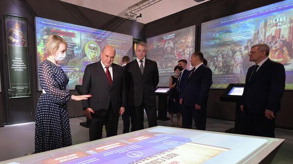 Михаил Мишустин во время осмотра мультимедийной экспозиции Россия - моя история в музейно-выставочном комплексе в Пятигорск