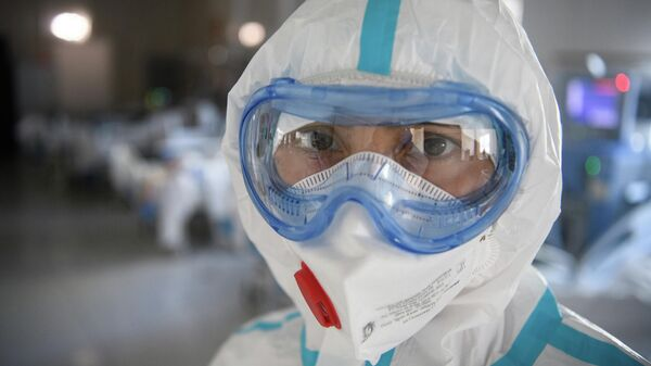 Медицинский работник в резервном госпитале для лечения больных коронавирусом в АТЦ Москва