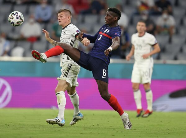 Полузащитник сборной Германии Тони Кроос (слева) и хавбек сборной Франции Поль Погба