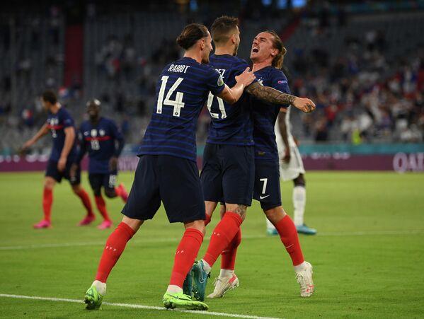 Футболисты сборной Франции радуются забитому мячу