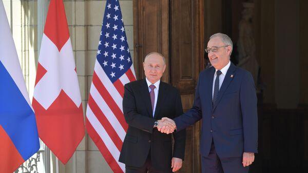 Президент РФ Владимир Путин и президент Швейцарской Конфедерации Ги Пармелен во время встречи на вилле Ла Гранж в Женеве