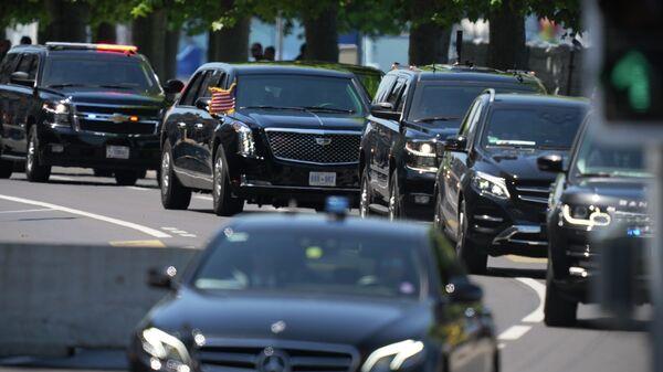 Автомобиль с президентом США Джо Байденом едет в кортеже к вилле Ла Гранж в Женеве