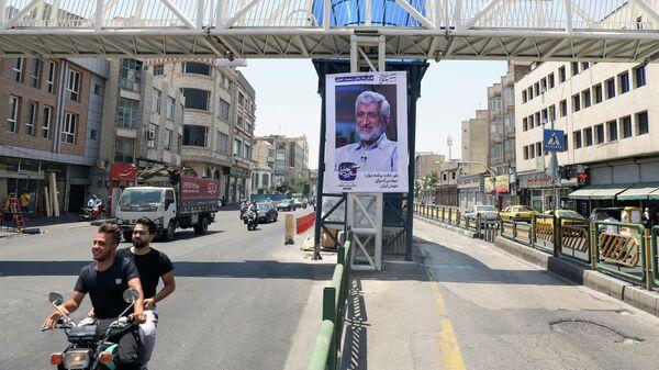 Постер с кандидатом в президенты Джалили Саидом в Тегеране