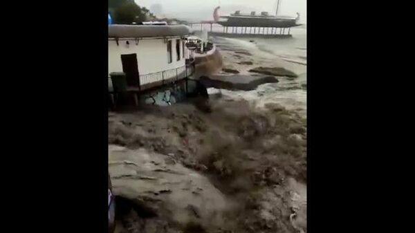 Наводнение в Ялте: потоки воды смывают людей и машины