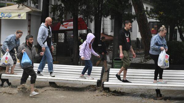 Люди на затопленной улице в Ялте