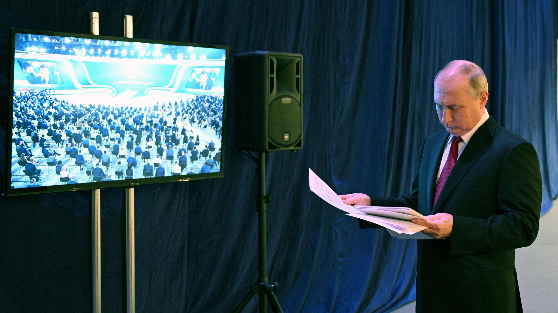 Президент РФ Владимир Путин перед началом пленарного заседания XX Съезда партии Единая Россия - РИА Новости, 1920, 19.06.2021