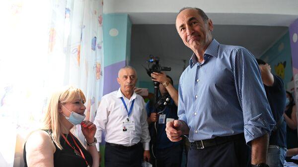 Второй президент Армении, лидер блока Армения Роберт Кочарян на одном из избирательных участков в Ереване