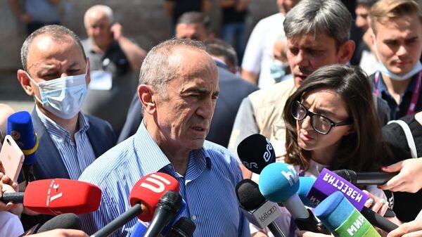 Второй президент Армении, лидер блока Армения Роберт Кочарян общается с журналистами на одном из избирательных участков в Ереване