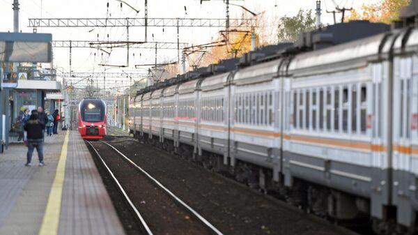 Электропоезд прибывает на станцию