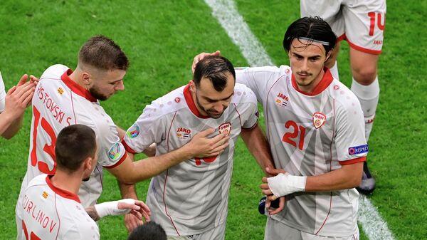 Нападающий сборной Северной Македонии Горан Пандев (в центре)