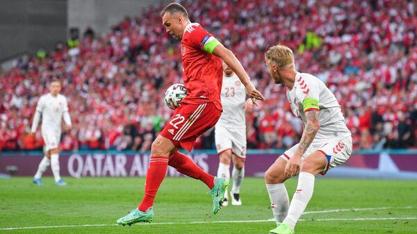 Нападающий сборной России Артем Дзюба (слева) и защитник сборной Дании Симон Кьер