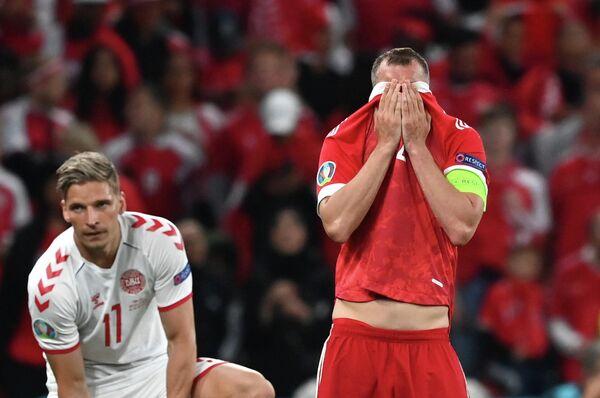 Нападающий сборной России Артем Дзюба (слева) и форвард сборной Дании Андреас Сков-Ольсен