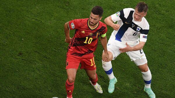 Нападающий сборной Бельгии Эден Азар (слева) и полузащитник сборной Финляндии Робин Лод
