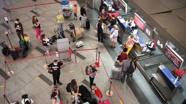 Пассажиры в Международном аэропорту Внуково в Москве