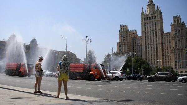 Полив проезжей части дороги в Москве