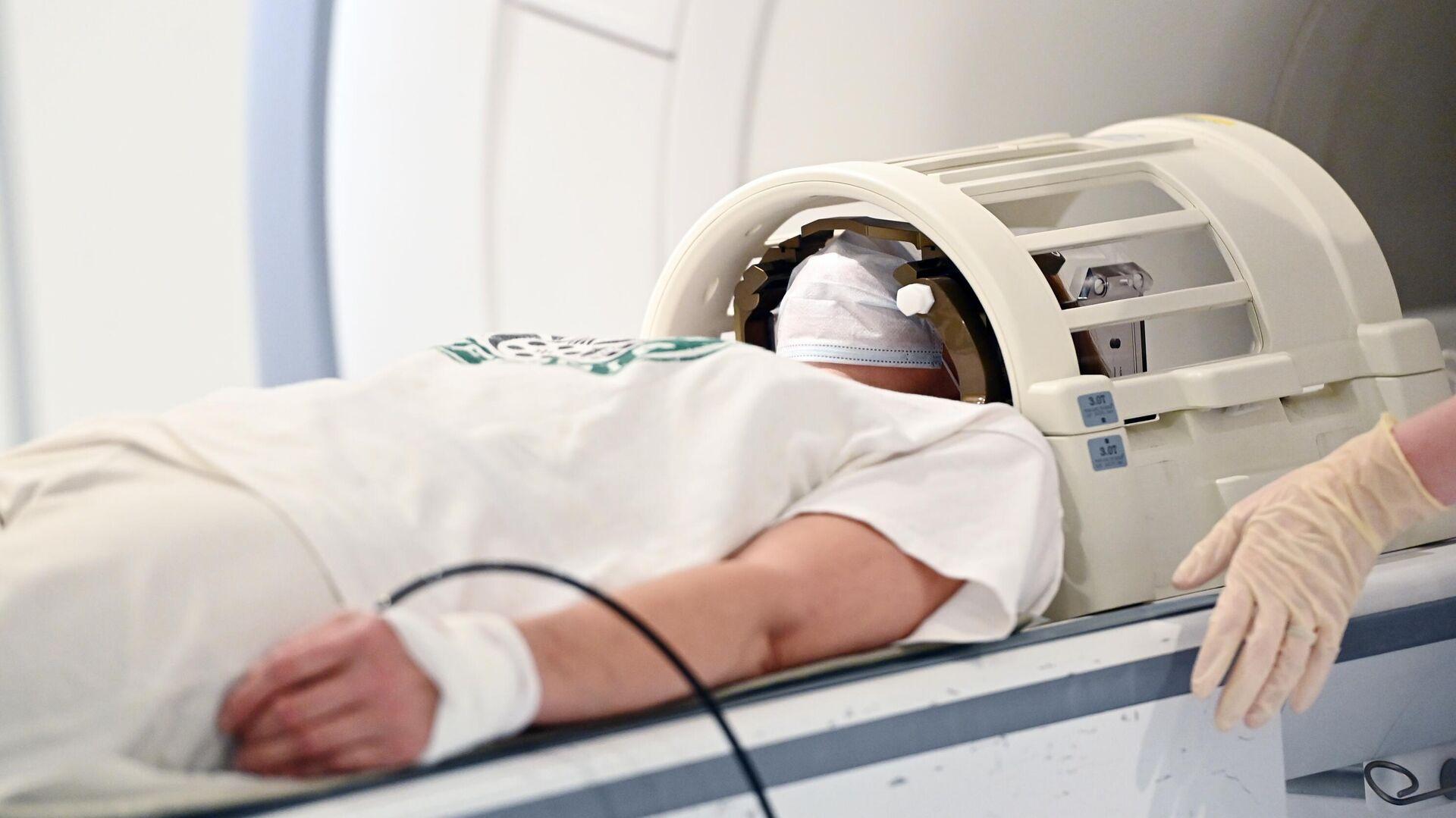 Пациент проходит обследование с помощью аппарата магнитно-резонансной томографии - РИА Новости, 1920, 23.06.2021