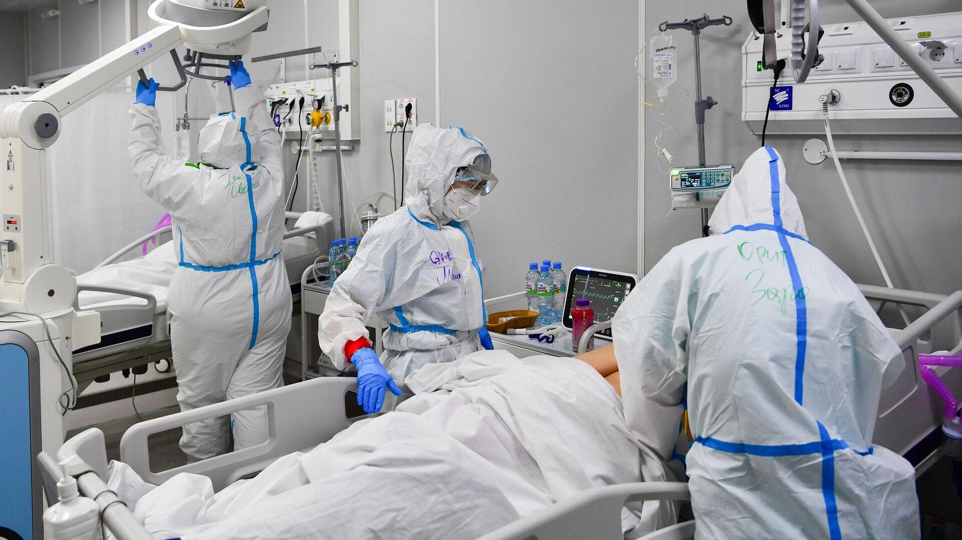 Медицинские работники и пациенты во временном госпитале для пациентов с COVID-19 в Москве - РИА Новости, 1920, 04.07.2021