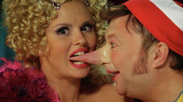 Анна Семенович в роли куклы Маши и Юрий Гальцев в роли Буратино во время съемок новогоднего мюзикла