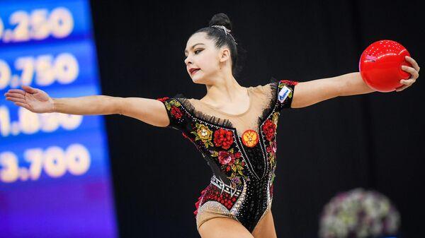 Лала Крамаренко (Россия) выполняет упражнения с мячом в индивидуальном многоборье на этапе Кубка мира по художественной гимнастике в Баку.