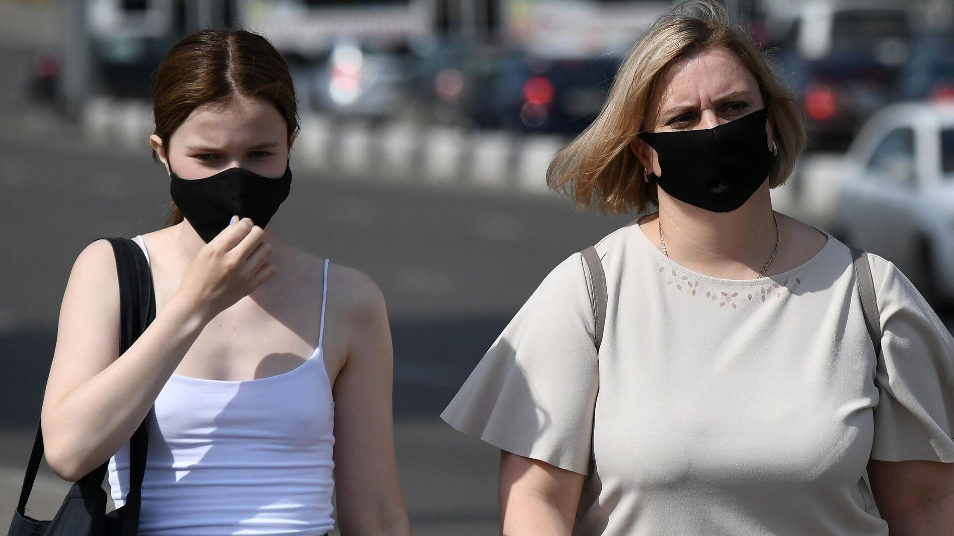 Прохожие в защитных масках на улице в центре Красноярска - РИА Новости, 1920, 02.07.2021