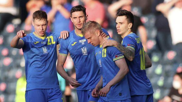 Александр Зинченко празднует гол в матче Швеция - Украина