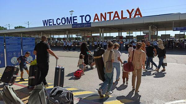 Российские туристы в аэропорту Антальи
