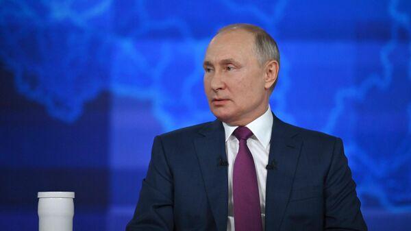 Президент РФ Владимир Путин отвечает на вопросы россиян во время ежегодной специальной программы Прямая линия с Владимиром Путиным в эфире российских телеканалов и радиостанций