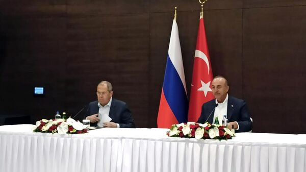 Министр иностранных дел РФ Сергей Лавров и министр иностранных дел Турции Мевлют Чавушоглу во время совместной пресс-конференции по итогам встречи в Анталье