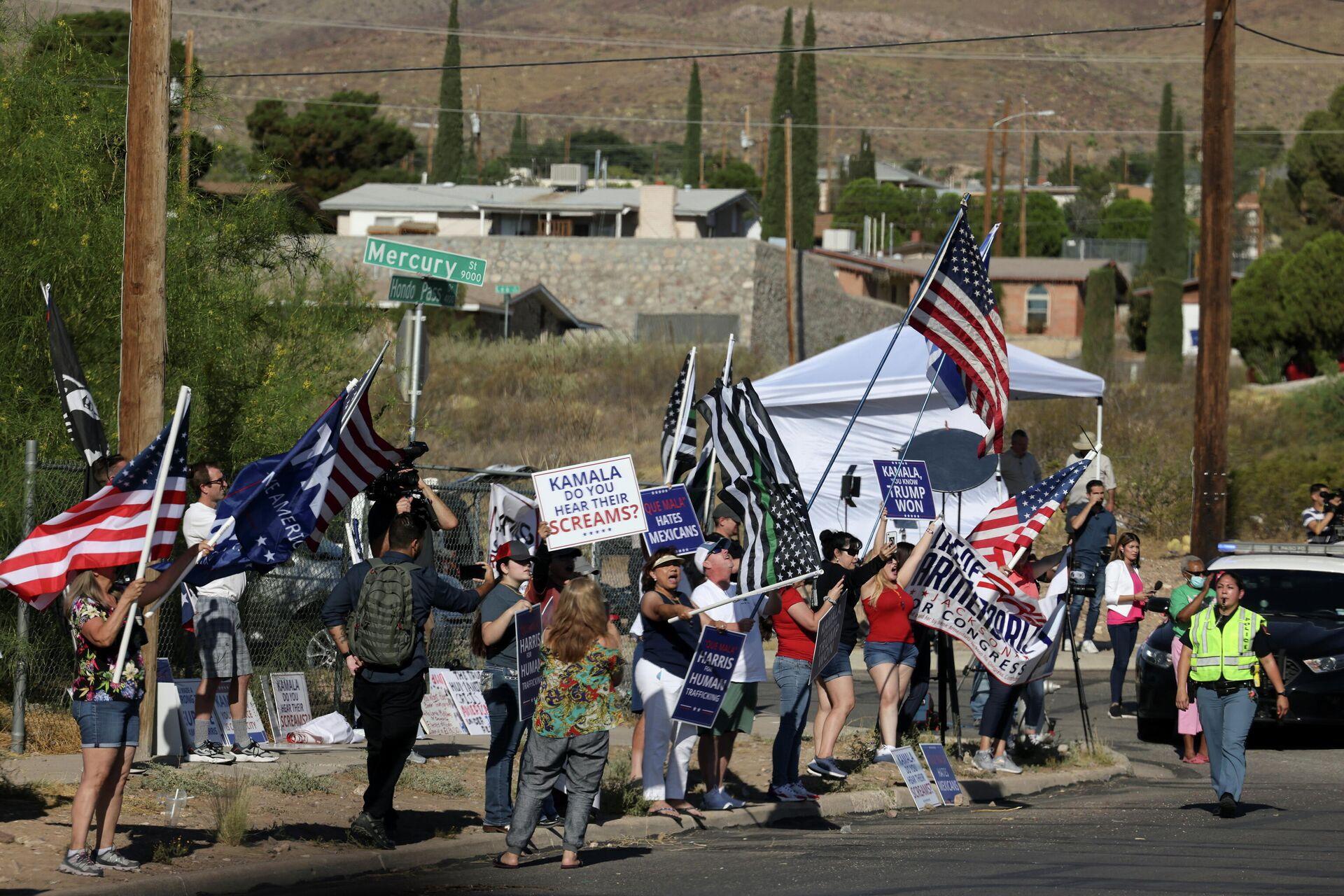 Демонстранты перед центральным процессинговым центром Эль-Пасо во время визита вице-президента США Камалы Харрис недалеко от границы между США и Мексикой в Эль-Пасо, штат Техас - РИА Новости, 1920, 30.06.2021