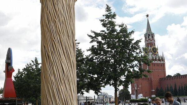 Работа Колонна скульптора Николая Полисского на выставке российского паблик-арта Красный сад на Красной площади