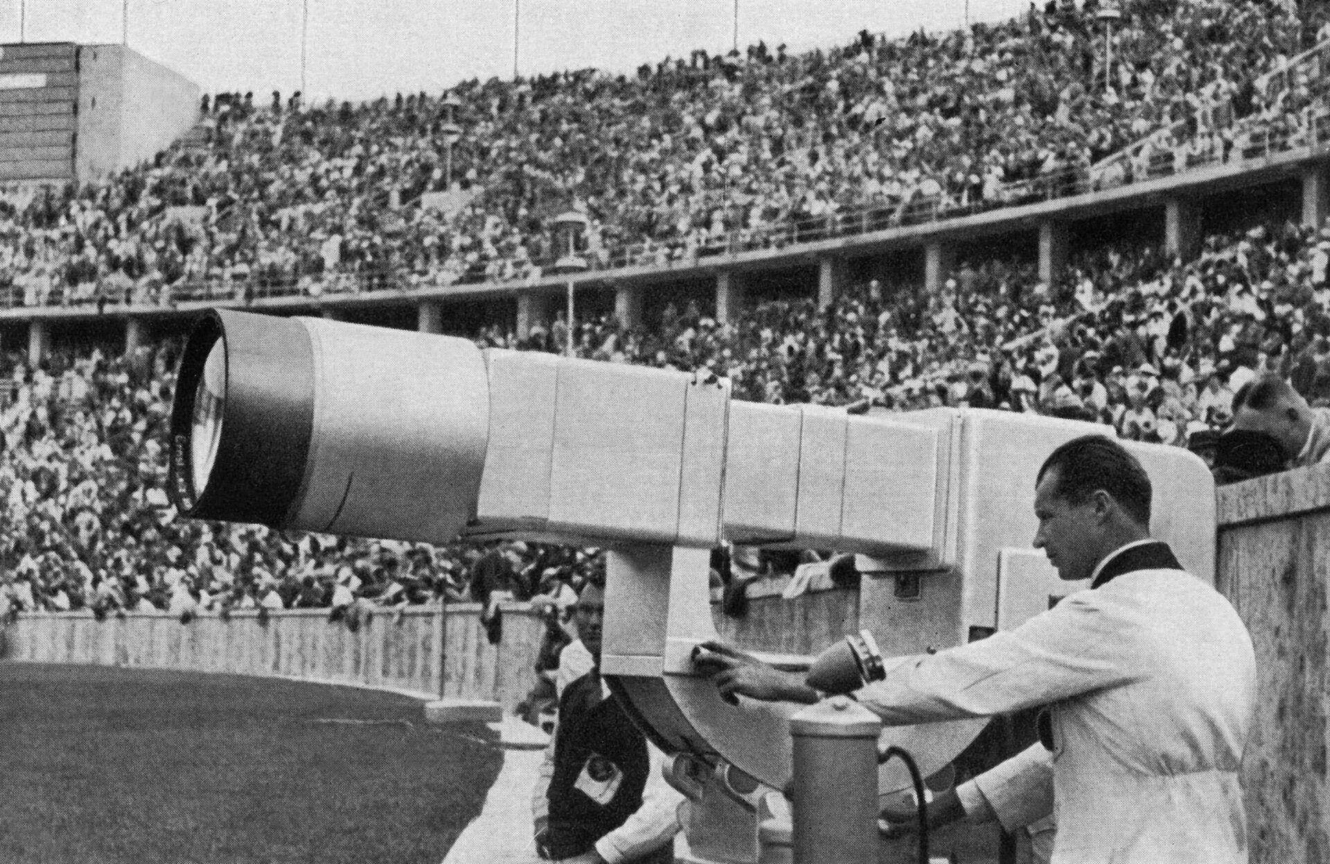 Сотрудник проверяет телекамеру во время Олимпийских игр 1936 года в Берлине - РИА Новости, 1920, 02.07.2021
