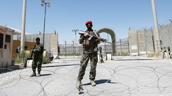 Афганские солдаты охраняют ворота американской авиабазы Баграм в день вывода Американских войск из Афганистана