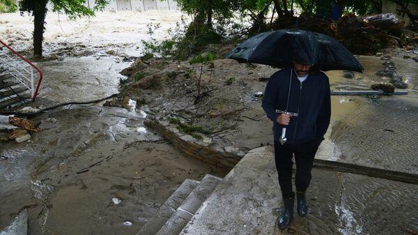 Мужчина на берегу реки Кудепста в Хостинском районе Сочи