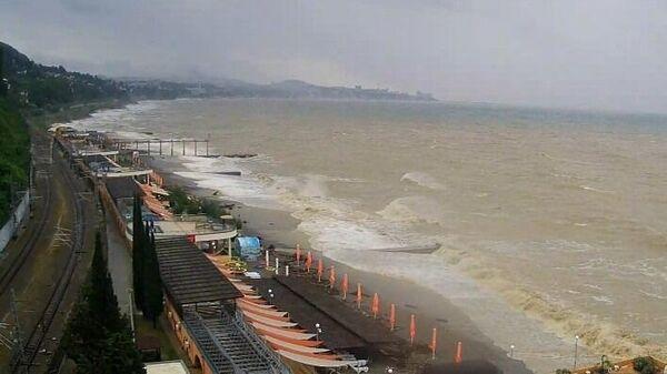 Пляж в Сочи во время проливных дождей