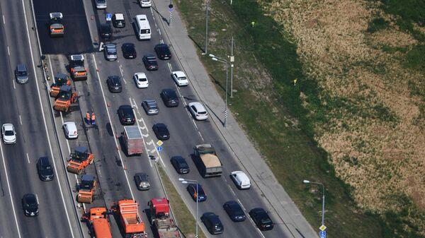 Вид на автомобили на дороге из иллюминатора пожарного вертолета Ка-32А11ВС  Московского авиационного центра (МАЦ) во время облета территорий для мониторинга пожароопасной обстановки и выявления возможных очагов пожара в Москве