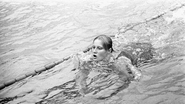 Международные соревнования по плаванию в Москве. Рекордсменка мира Галина Прозуменщикова на дистанции.