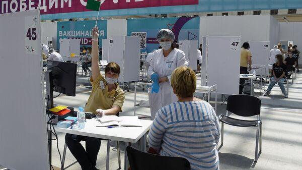 Посетители и медицинские сотрудники в центре вакцинации от COVID-19 в Гостином дворе в Москве