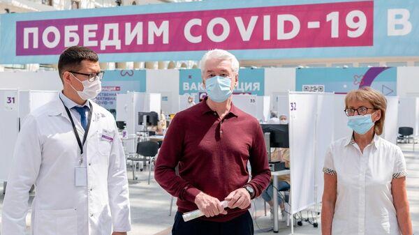 Мэр Москвы Сергей Собянин в центре вакцинации от COVID-19 в Гостином дворе в Москве