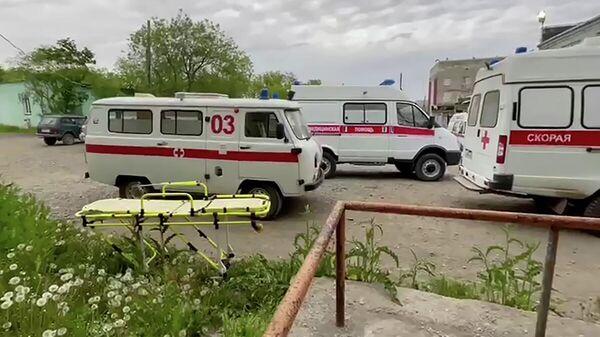 Автомобили скорой медицинской помощи возле здания окружной больницы в поселке Палана в Камчатском крае