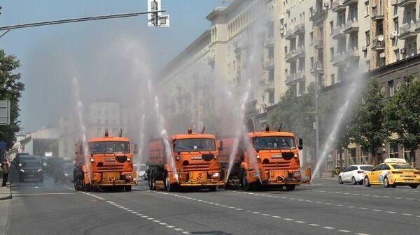 Промывка улиц Москвы в жаркие дни