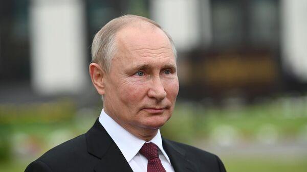 Президент РФ Владимир Путин во время посещения Кемеровского президентского кадетского училища