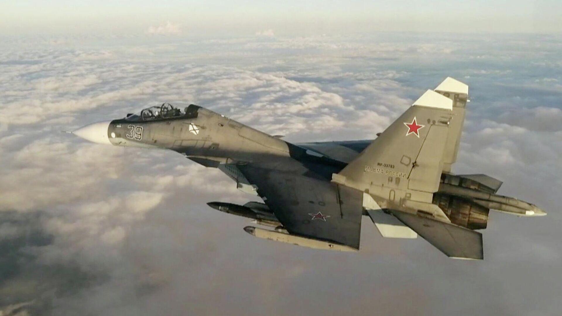 Истребитель Су-30 из состава дежурных морской авиации и противовоздушной обороны Черноморского флота во время сопровождения самолета Boeing P-8 Poseidon ВМС США над Черным морем. Стоп-кадр видео - РИА Новости, 1920, 11.07.2021
